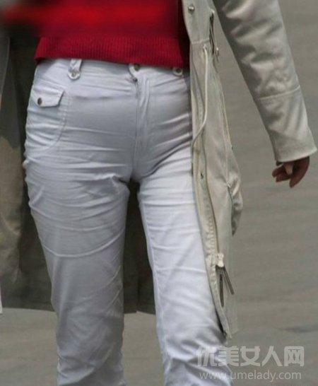 女生腿型图片_紧身裤显凹凸的尴尬 街拍紧身裤美女们凸露囧图片_穿衣搭配 ...