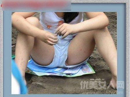 紧身裤显凹凸的尴尬 街拍紧身裤美女们凸露囧图片图片