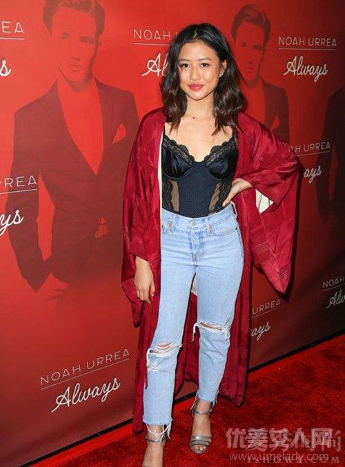海蒂:身穿黑色蕾丝打底衫搭配大红色风衣,再搭破洞牛仔裤,慵懒中图片