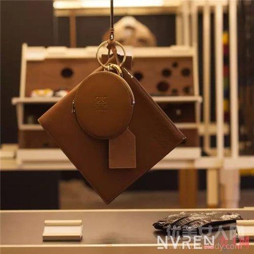 Loewe品牌介绍_不是LV、CHANEL 街拍出镜率最高的包竟是它