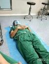 医生累倒躺地休息   连续工作23小时让网友直呼心疼