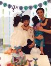 王力宏晒全家合照 娇妻李靓蕾为4岁大女儿作画