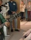 詹森到访儿童医院播撒爱心 深情弹奏吉他令人动容